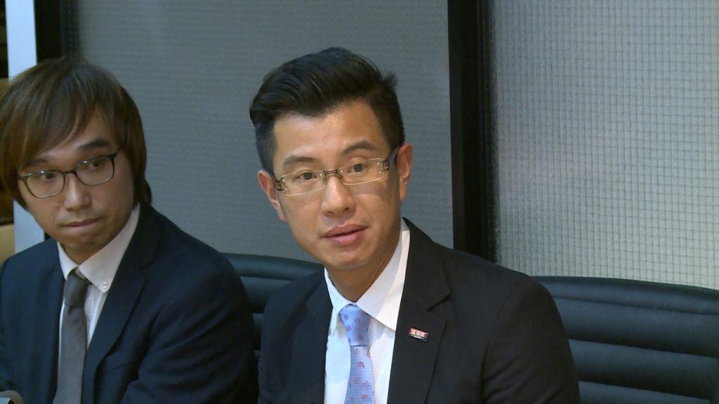 袁振寧(右)說現時有3團、大約50人在南韓,暫時未收到有旅客要求提早返港。(港台圖片)